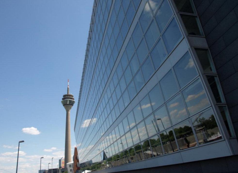 Kai Center vor dem Rheinturm Düsseldorf