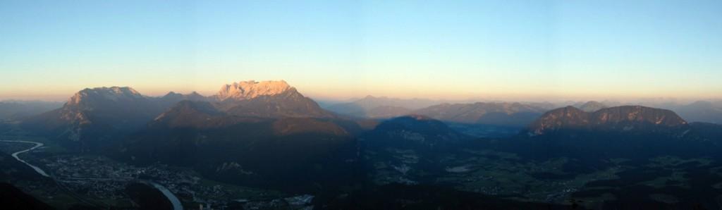Kaiser-Gebirgs-Panorama mit Sonnenuntergang im Rücken