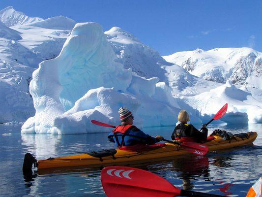 Kajaker und Eisberge