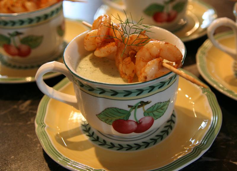 .......kalte Gurkensuppe mit Garnelenspießchen............