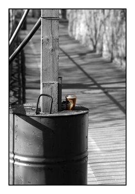 kalter Kaffee auf Ölfass & harter Schatten