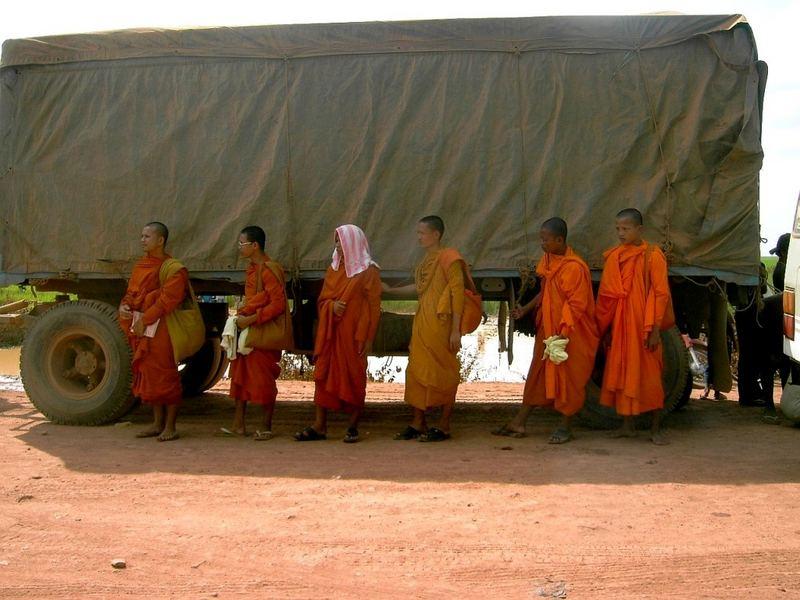kambodschanische Impressionen IV - Monks on Highway to Hell