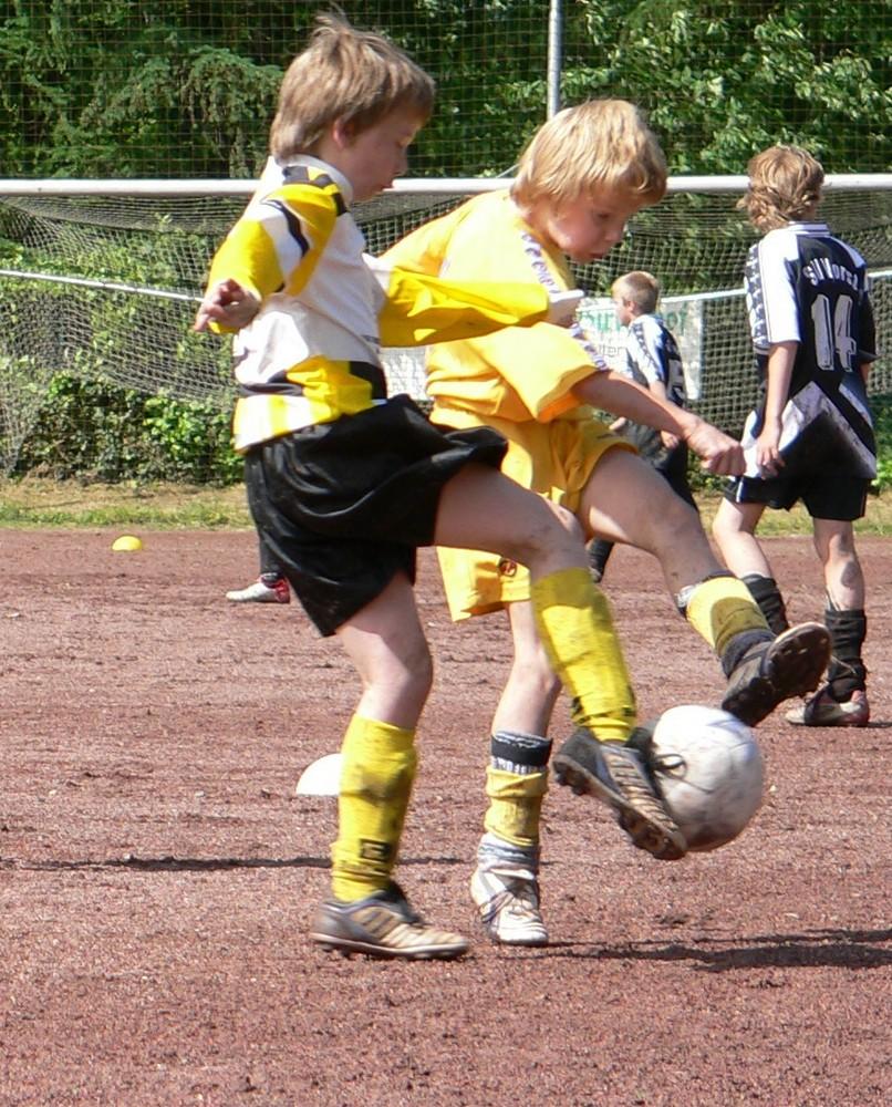 Kampf um den Ball - SCU Nettetal gegen Sportfreunde Leuth