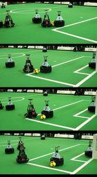 Kampf um den Ball -Szene der Roboterfußballer