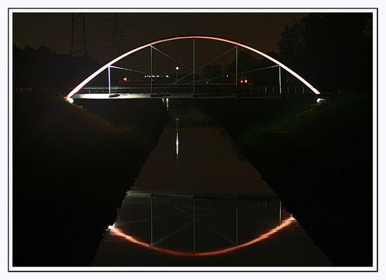Kanalbrücke bei Nacht