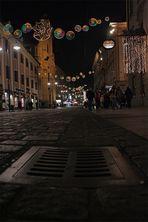 Kanalgitter mit Weihnachtsbeleuchtung