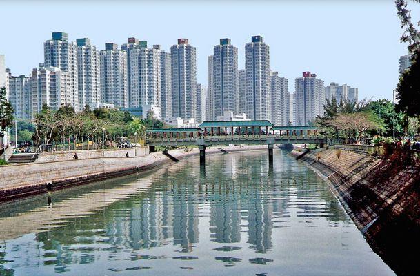 Kanalspiegelung unter einer Brücke in Hong Kong (MW 1997/3 - hm)