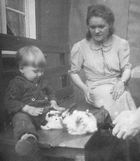 Kaninchen streicheln (ca. 1942)
