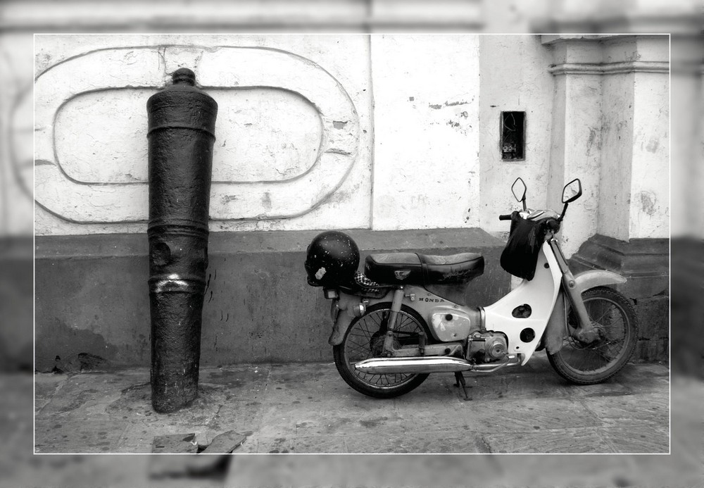 Kanone mit Moped
