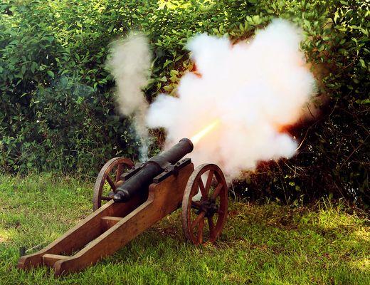 Kanone mit Mündungsfeuer