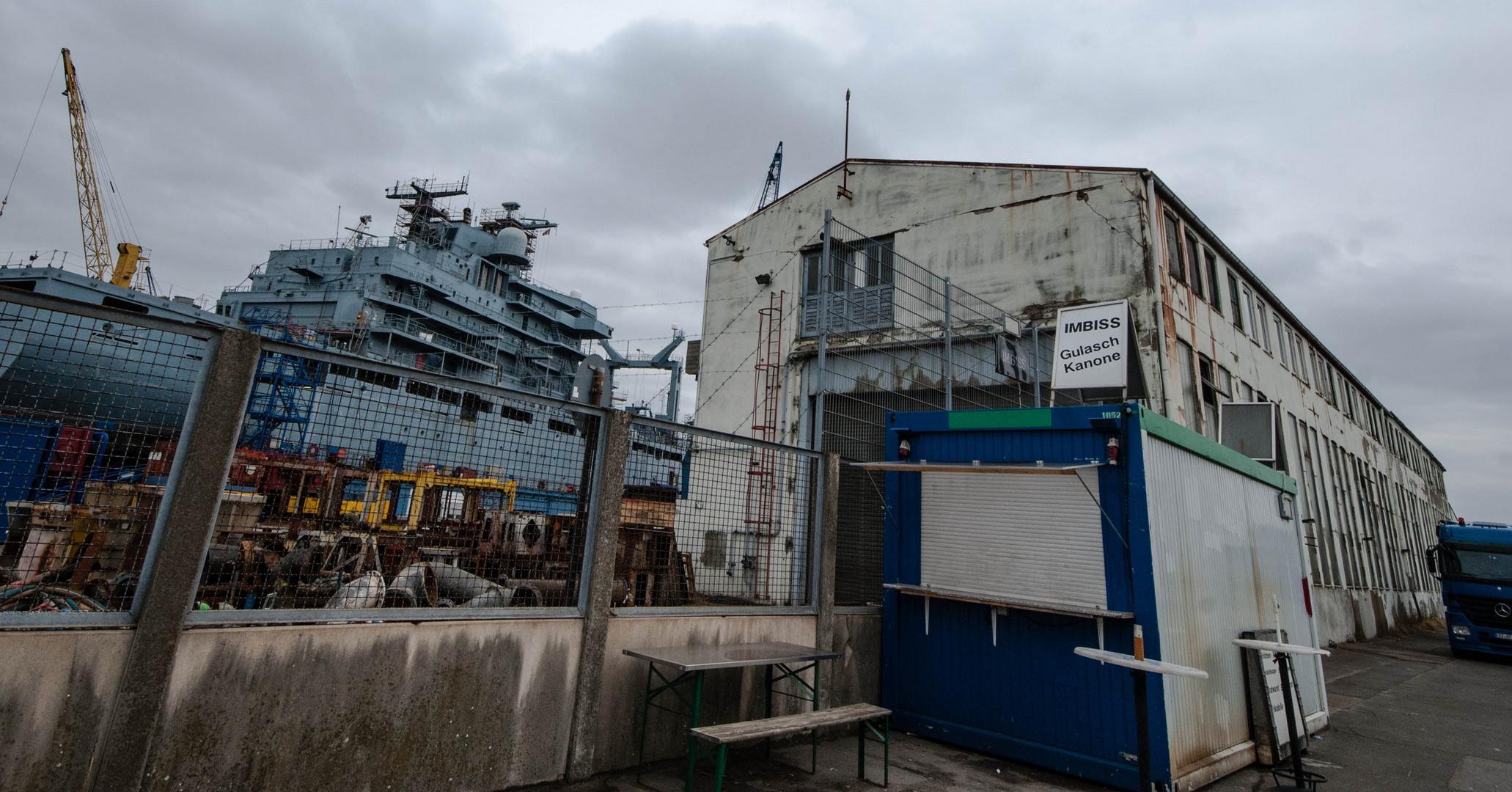 Kanonen auf einer Hamburger Werft