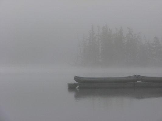 Kanus im Nebel