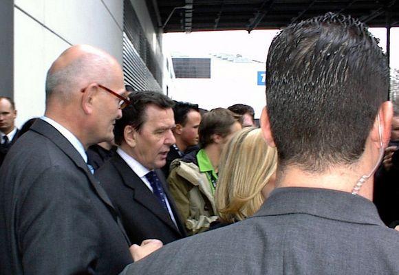 Kanzler Schröder verlässt CeBIT Halle durch Seiteneingang.
