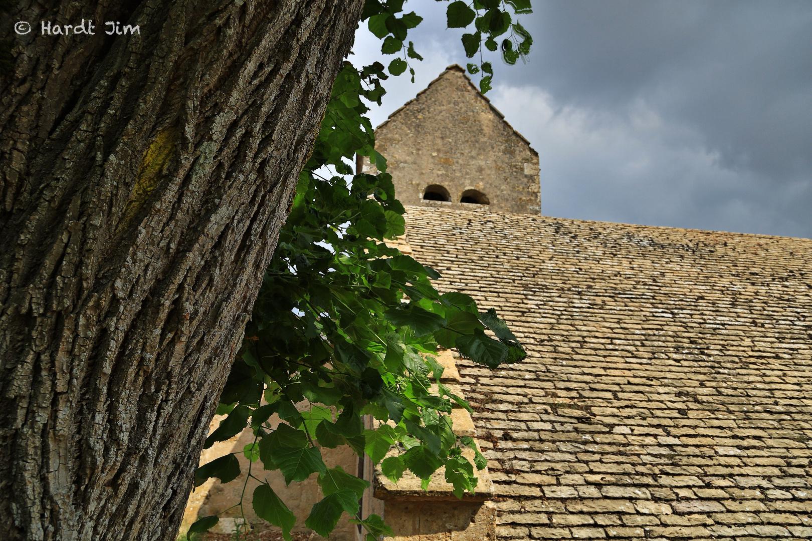 Kapelle mit Baum