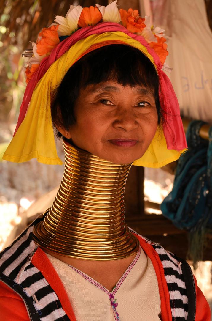 Karen-Padung-Frau mit traditionellem Halsschmuck