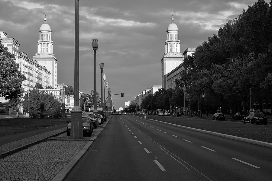 Karl-Marx-Allee (Stalinallee) im (vor)letzten Licht