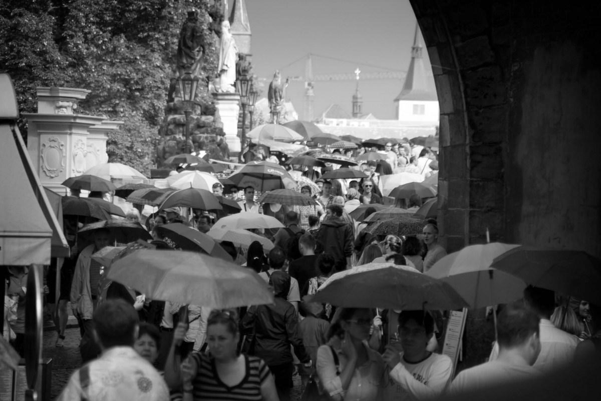 Karlsbrücke bei Sonne und Regen