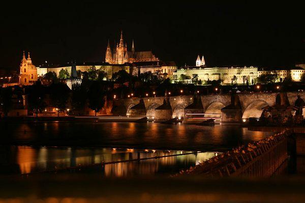 Karlsbrücke und die Prager Burg bei Nacht