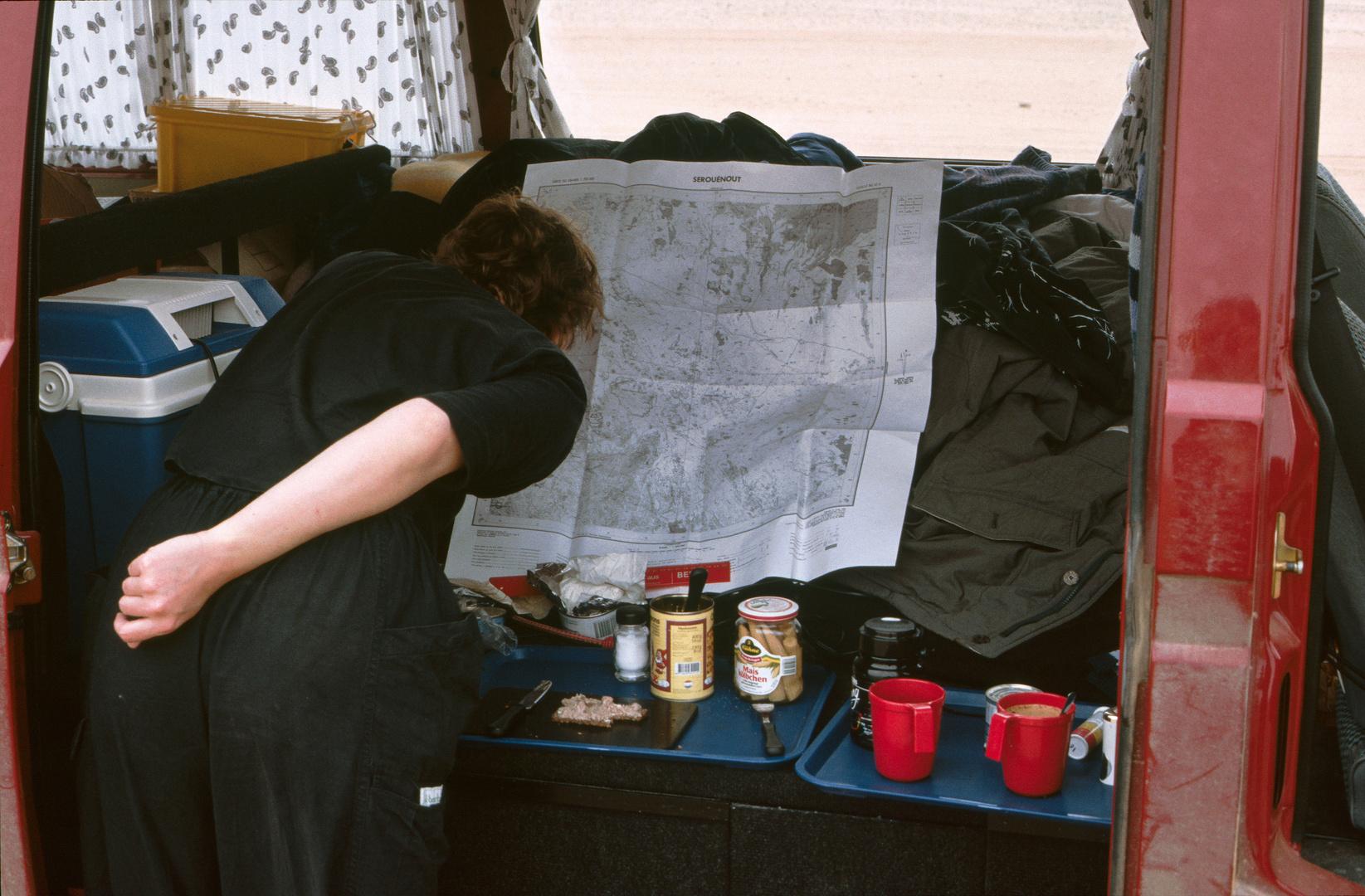 Kartenstudium in der Sahara