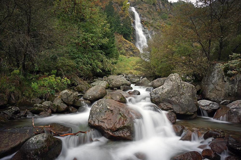 Kaskade vor Wasserfall