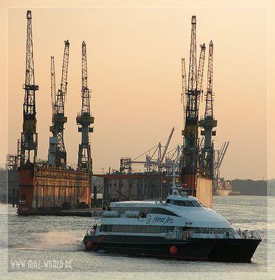 Katamaran im Hamburger Hafen
