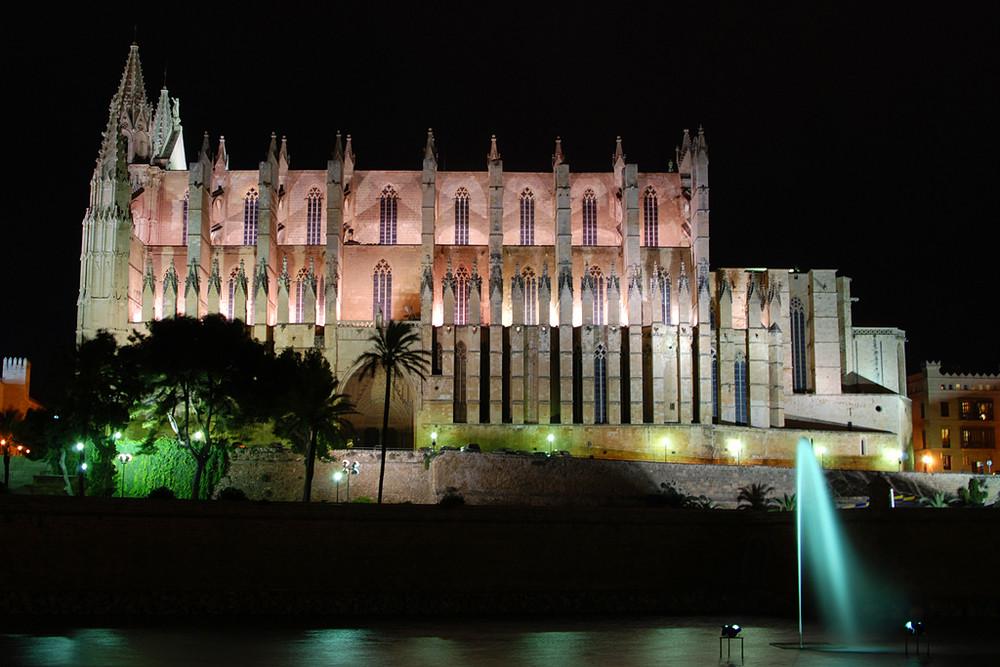 Kathedrale bei Nacht und Sturm auf Mallorca