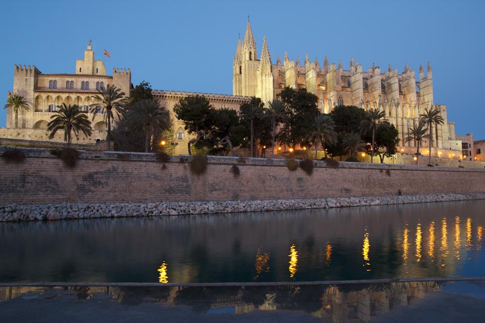 Kathedrale La Seu in Palma zur blauen Stunde