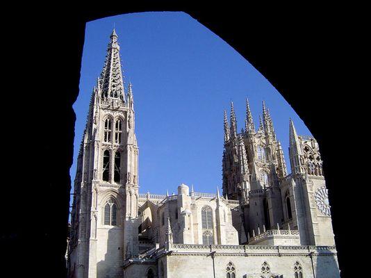 Kathedrale von Burgos durch ein Tor