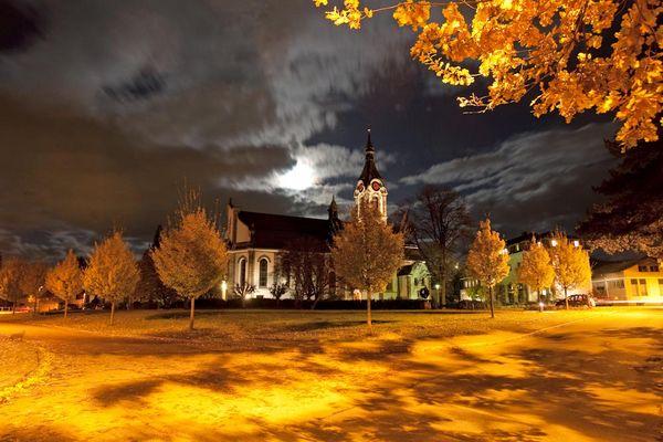 Katholische Kirche St. Josef im Herbst