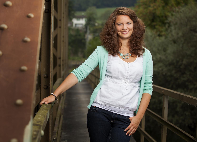 Katja auf der Eisenbahnbrücke .. .. ..
