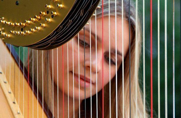 Katja liebt ihre Harfe