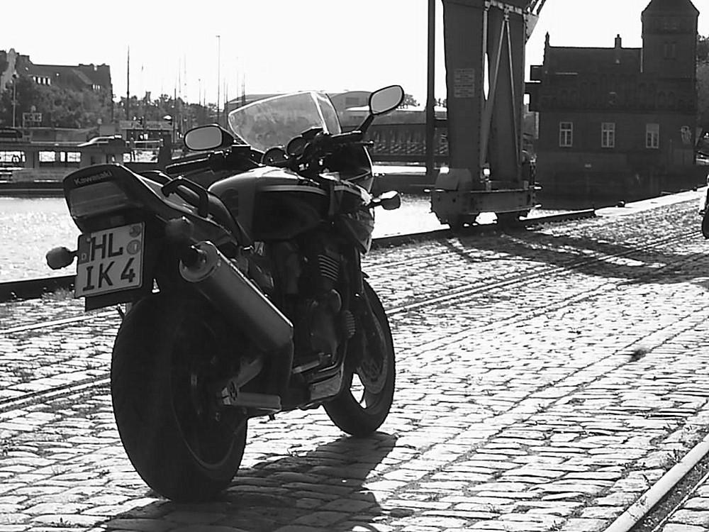 Kawasaki ZRX 1200 S im Lübecker Hafen - die Zweite