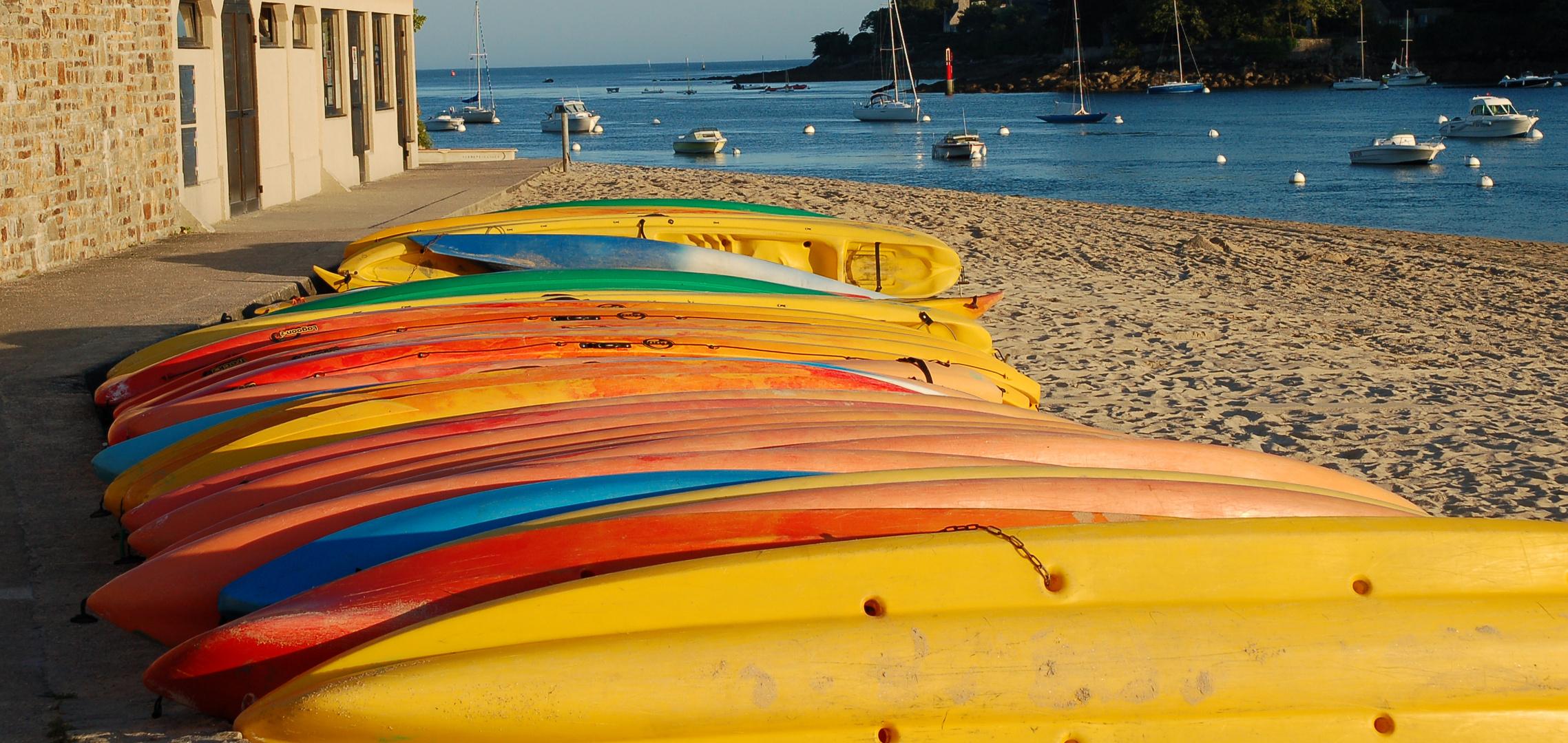 Kayaks im Abendlicht der Bretagne