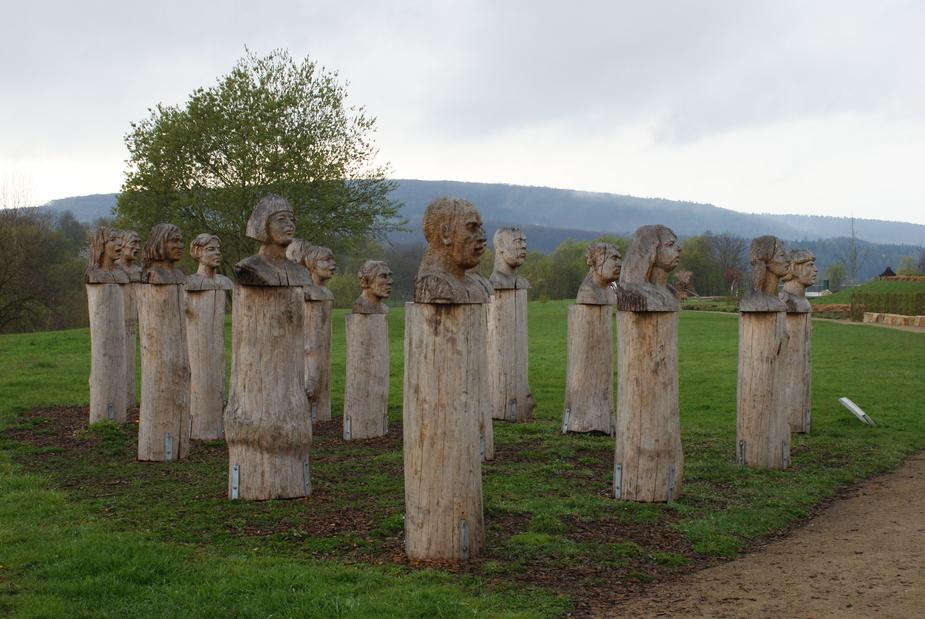 Keine Betonköpfe- Skulpturen im Beckinger Saargarten