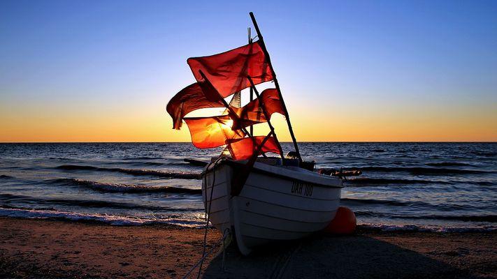 Kellenhusen - Fischerboot am Strand ...
