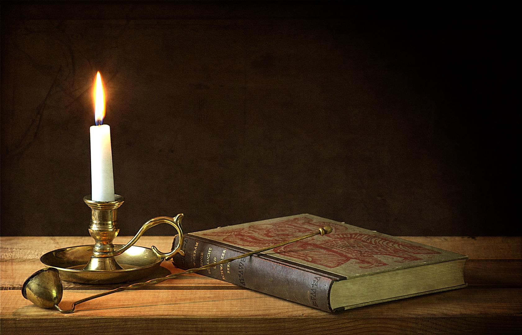 Kerze mit Buch