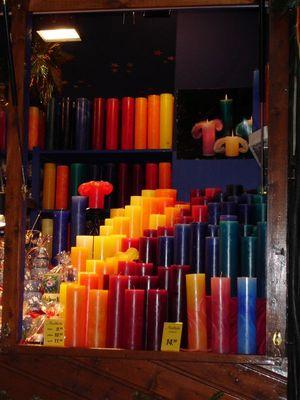 Kerzen wie Regenbogenfarben