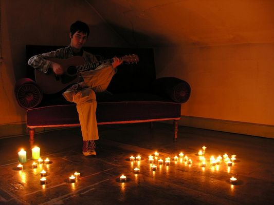 kerzenlicht. daniel, gitarre spielend.