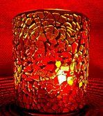 Kerzenlicht hinter Buntglas 2