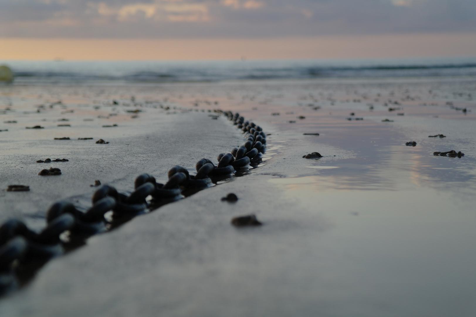 Kette im Sand (Saint Pabu)