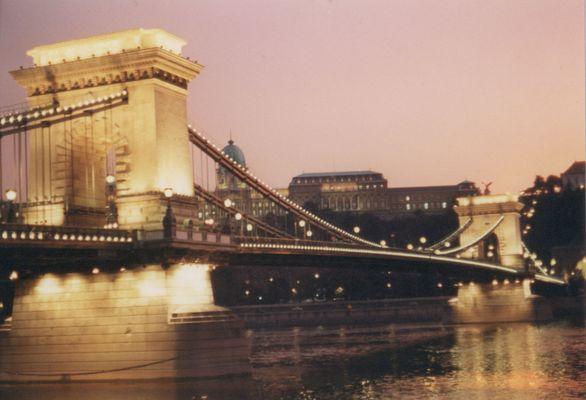 Kettenbrücke im Abendrot