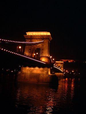 Kettenbrücke in Budapest bei Nacht