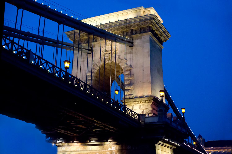 Kettenbrücke zur blauen Stunde