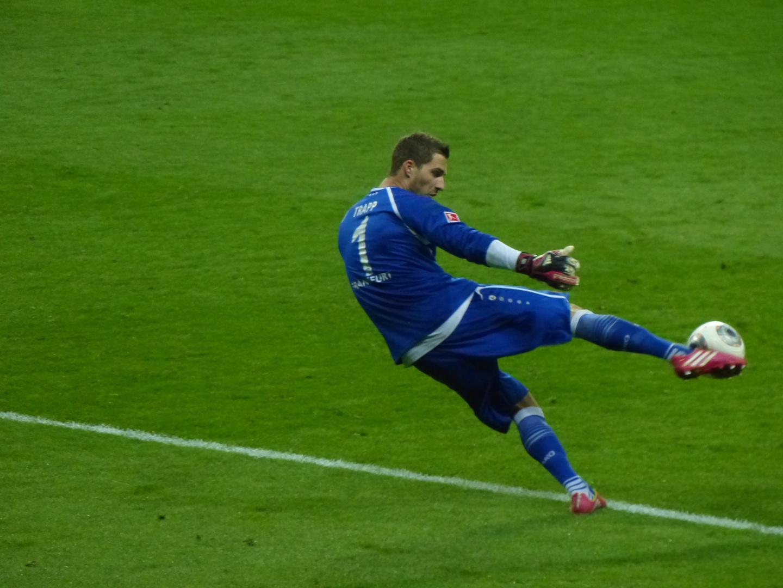 Kevin Trapp (Eintracht Frankfurt) beim Abschlag