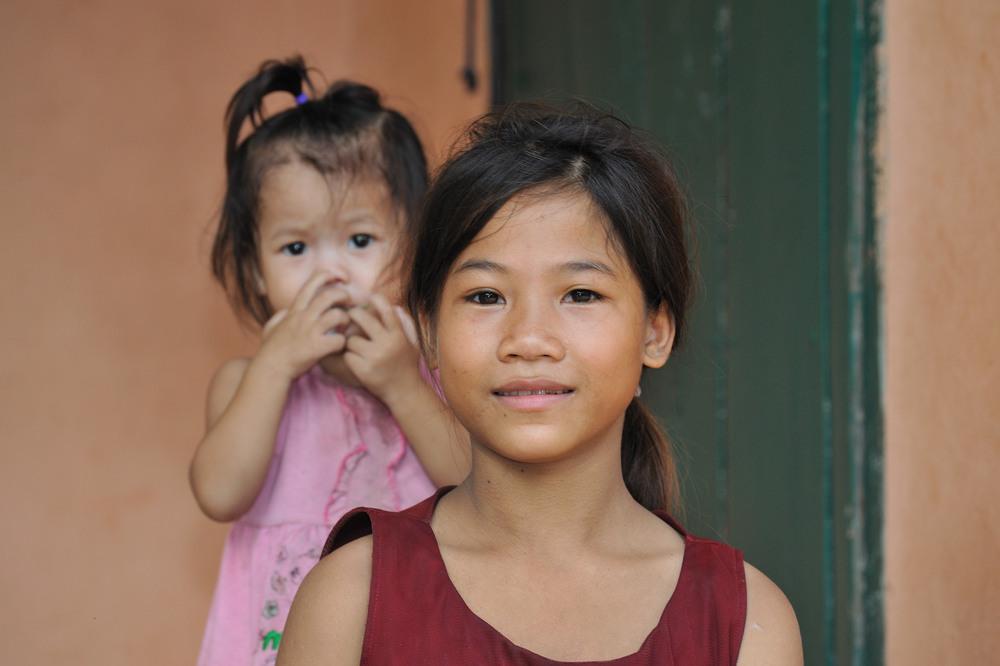 Khamu girl 2 with her sister