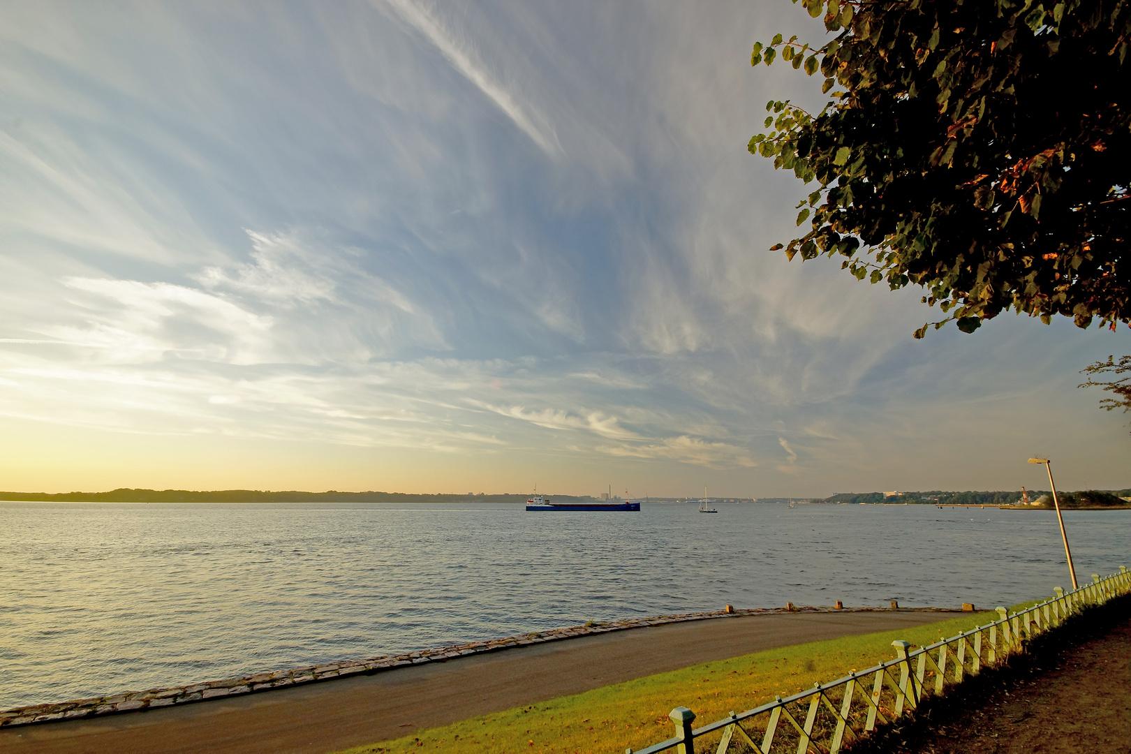 Kieler Förde; Einfahrt zum Nord-Ostsee-Kanal, frühmorgens