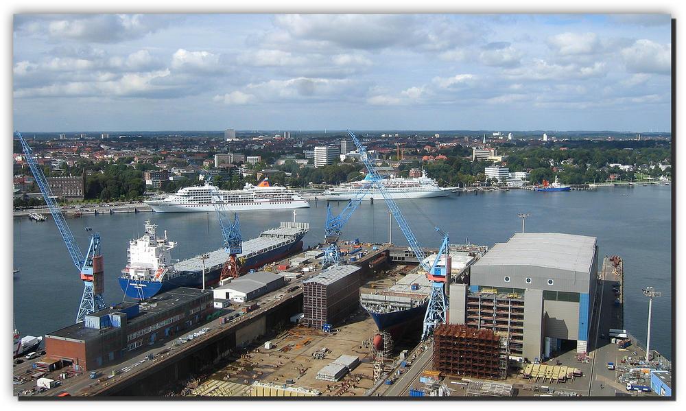 Kieler Hafen mit Ostseekai (Kreuzfahrerterminal) und HDW