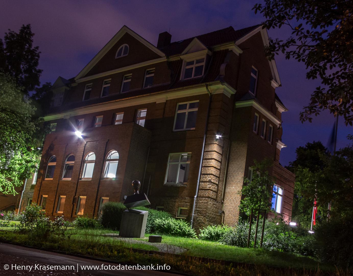 Kieler Polizeirevier Düppelstraße bei Nacht