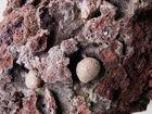 Kieseleinschlüsse in Lava, bedeckt mit glasiger Lasur (Ausschnitt)