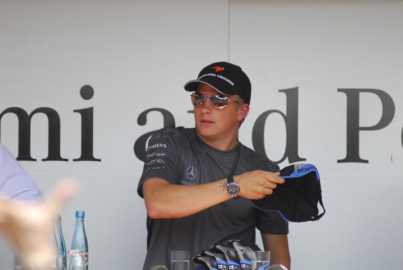 Kimi Räikkönen beim Mützenweitwurf